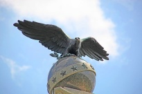 Spanish-American_War_Memorial_-_eagle_and_globe_-_Arlington_National_Cemetery_-_2011